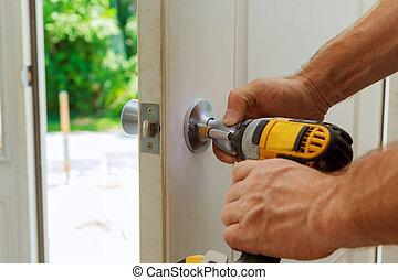 手, 's, 人, ∥で∥, ねじ回し, installs, ドア, knob.