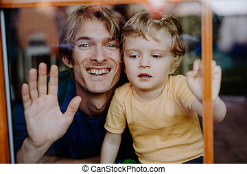 打撃, 父, 息子, 見ること, カメラ。, ガラス。, よちよち歩きの子, 家