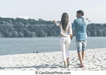 扣留手的夫婦, 以及, 步行, 上, a, 海灘