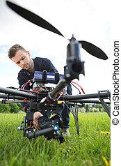 技術者, 固定, カメラ, 上に, スパイ, 無人機
