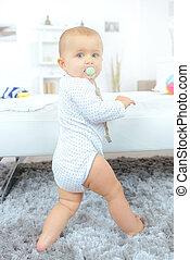 把當嬰儿看待用, 奶嘴, 站立