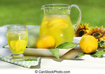 投手, ......的, 涼爽, 檸檬水, 由于, 玻璃, 上, 桌子