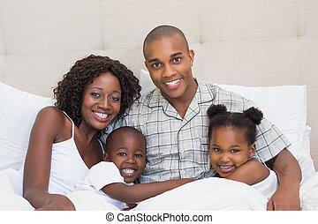 抱きしめること, ベッド, 一緒に, 家族, 幸せ