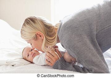 抱きしめること, 赤ん坊, お母さん, 彼女