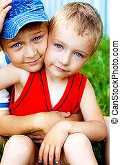 抱擁, の, 2, かわいい, 兄弟, 屋外
