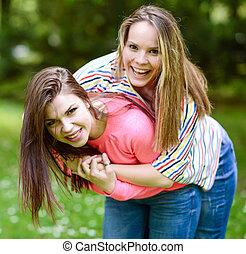 抱擁, 公園, 2, 若い 女の子, 友人