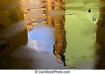 抽象的, 背景, 作られた, の, 古い, 建物, 反映, 中に, a, ぬれた, asphalt.