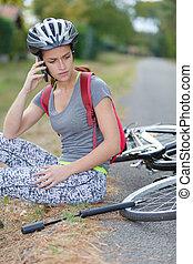 担心, 妇女, 要求帮助, 在之后, 落下, 从, 自行车