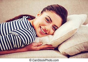 拿, 時間, 到, relax., 美麗, 年輕婦女, 傾斜, 她, 頭, the, 枕頭, 以及, 微笑, 當時, 躺, 在睡椅上