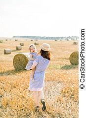 持つこと, 女の子, day., 干し草, 一緒に, フィールド, ベール, 収穫される, 幸せ, 楽しみ, 赤ん坊, わずかしか, 歩くこと, 黄色, 母, 娘, 次に, 夏, 日当たりが良い, 小麦, 夏, 地位