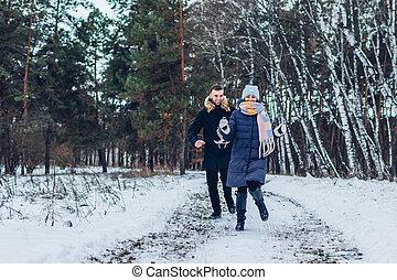 持つこと, 女, 一緒に。, 冬, 動くこと, 笑い, 楽しみ, 人々, 森林, outdoors., 人, 恋人