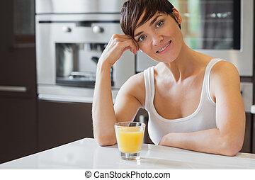 持つこと, 微笑, オレンジジュース, 女