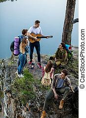持つこと, 観光客, グループ, 上, 若い, 楽しみ, 山