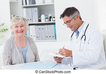 指示, 醫生, 寫, 當時, 女性, 病人, 微笑