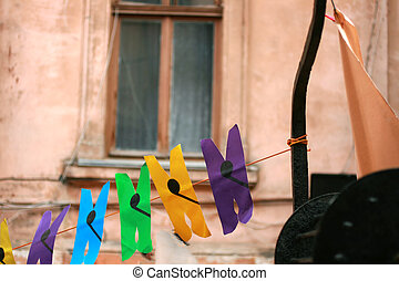 掛かること, ペーパー, clothespins, rope.