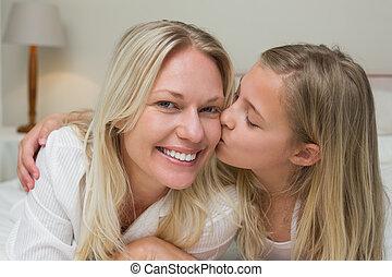接吻, 女の子, 頬, ベッド, 母
