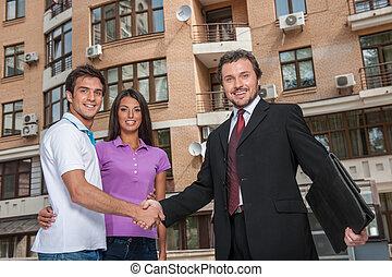 推销员, 给, 握手, 对于, 财产, owners., 握手交易, 带, 年轻夫妇, 在外面