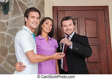 推销员, 给, 钥匙, 对于, 财产, owners., 商人, 近, 入口, 门, 带, 年轻夫妇, 在外面