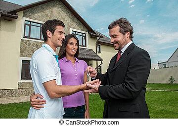 推销员, 给, 钥匙, 对于, 财产, owners., 房地产代理, 签署, 交易, 带, 年轻夫妇, 在外面