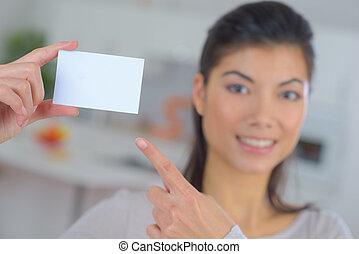 提示, 女, 白, カード