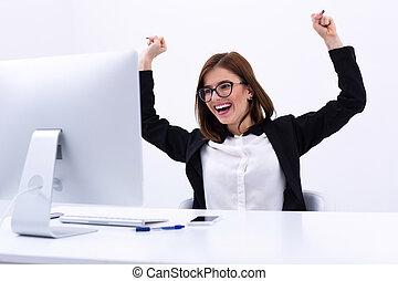 握りこぶし, 彼女, 成功, 喜び, 女性実業家, 空気, 元気づけること, 興奮させられた, 上げること