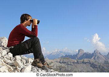 搜尋, the, 目的地, 透過, 雙筒望遠鏡, 在山