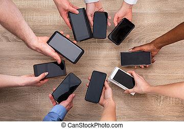 携帯電話, グループ, 人々, 木製である, 提示, に対して, 背景