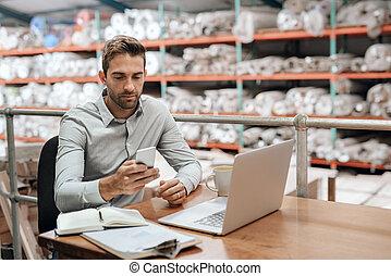 携帯電話, 彼の, オフィス, 仕事, 点検, マネージャー, 間, 倉庫