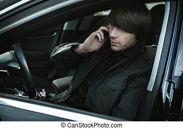 携帯電話, 彼の, 優雅である, 自動車, 上に, 話し, 人