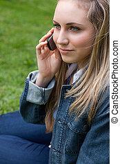 携帯電話, 彼女, 公園, 間, 下方に, 呼出し, 女, ブロンド, 若い, モデル