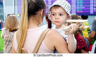 擁抱, 很少, 飛機, 藏品, 機場, 悲哀, 肖像, 男孩, 玩具, 母親