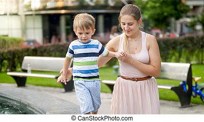 支持, 歩くこと, 古い, 彼女, 男の子, 公園, 若い, 年, 間, 保有物, 母, 肖像画, よちよち歩きの子, 3