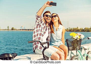 收集, the, 明亮, moments., 微笑, 年輕夫婦, 做, selfie, 當時, 坐, 上, 欄杆, 近,...