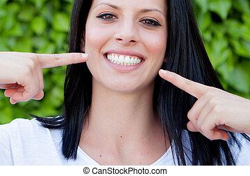 放松, 黑發淺黑膚色女子, 婦女, 在公園, 顯示, 她, 完美, 微笑