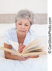 故事, 婦女, 床, 書, 年長者, 閱讀