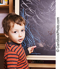 教室, かわいい, 小さい 男の子, 勉強, 若い, 微笑, 黒板, 教師, 宿題
