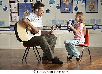 教室, ギターの 演奏, 生徒, 男性の教師