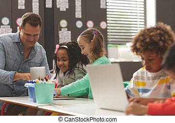 教室, ラップトップ, 学校, 間, 男の子, それら, 使うこと, 論じる, 教師