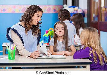 教室, 女の子, 教師, 友人
