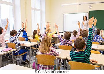 教室, 学校の 子供, グループ, 手, 上げること