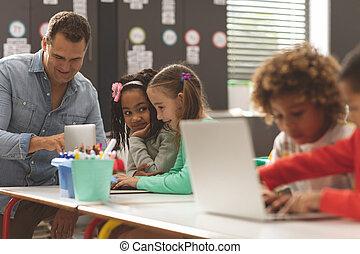 教室, 生徒, ラップトップ, 学校, 間, 使うこと, 子供, 論じる, 教師