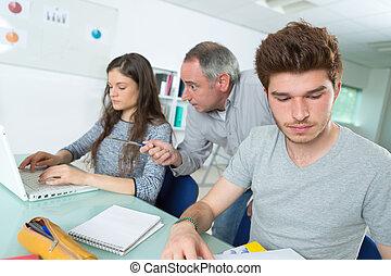 教師, ∥あるいは∥, 家庭教師, ∥で∥, 生徒, 中に, 教室, ∥で∥, ラップトップ・コンピュータ