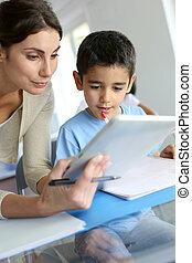教師, そして, 男生徒, 使うこと, 電子, タブレット, クラスで