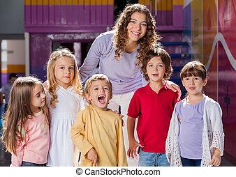 教師, ∥で∥, 子供たちのグループ, 中に, 幼稚園