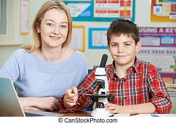 教師, ∥で∥, 男子学生, 使うこと, 顕微鏡, 中に, 科学の クラス