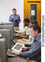 教師, に話すこと, 彼の, コンピュータクラス