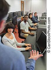 教師, に話すこと, ∥, 生徒, 中に, コンピュータクラス