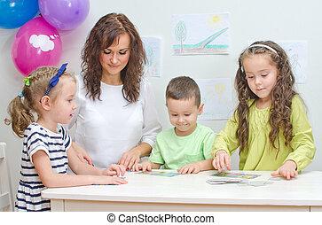 教師, プレーする, ∥で∥, 子供, 中に, kindergarten.