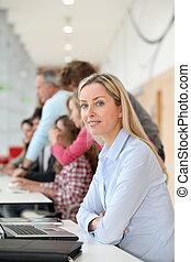 教師, 上に働く, ラップトップ・コンピュータ, 中に, 教室