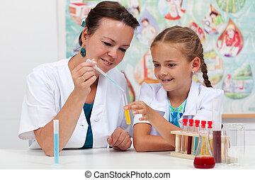 教師, 助力, 女の子, 学生, 中に, 科学の クラス